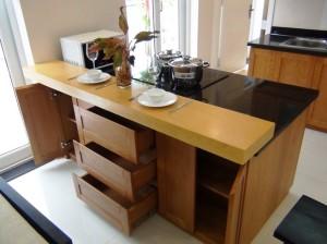 キッチン台兼ダイニングテーブル兼収納スペース「限られたスペースをうまくいかす材料を使っています」