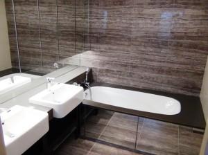 バスルームのバスタブ「水ハネ防止用カーテンはもちろん付きます」