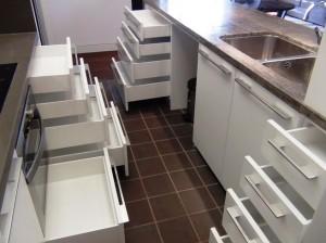 キッチンの収納力はかなり強化されています