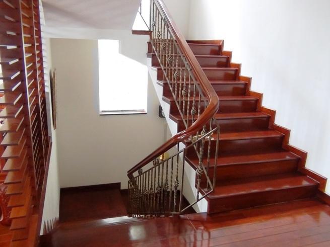 3階建てのVillaの階段スペース「ゆったりとしたステップです」