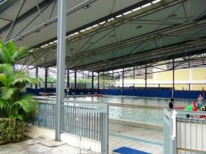屋外ですが屋根付きのプール「外国人インストラクターが泳ぎの授業をしていました」
