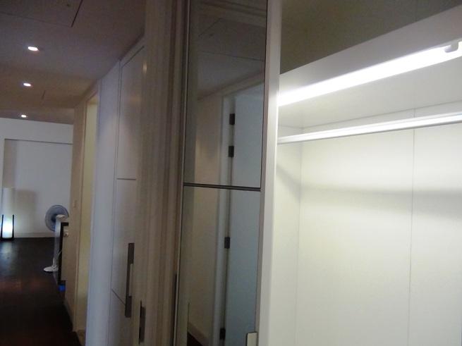 壁面にはたくさんの収納スペースがあります