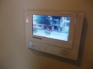 玄関はオートロック機能です「来訪者を1階の玄関入り口でチェックすることができます」