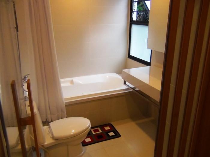 バスルーム「湿気を抜くための窓も付いています」