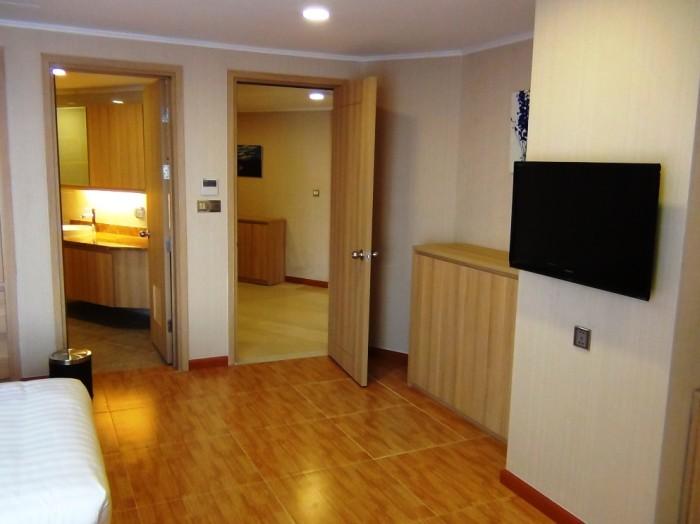 玄関を境にくつろぐ「リビングスペース」と睡眠を取る「ベッドルーム」が綺麗にセパレートになっている間取りです