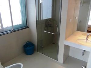 メインベッドルームに通じるバスルーム「バスルームにも網戸がついています」