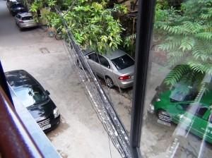 アパートの周りはこんな通路で取り囲まれています