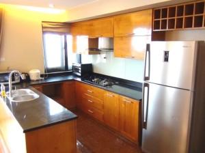キッチンスペース「サービスアパートですので基本的な食器類からお鍋、電化製品は揃っています」