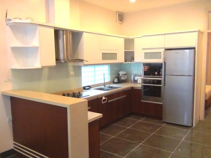 システムキッチン「ビルトインのオーブンも付いています。また3口のガスが利用できます」