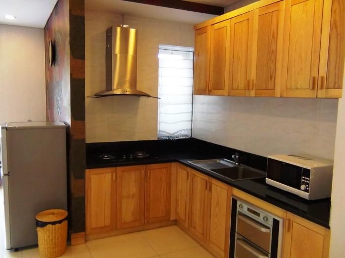 小さな窓が側面に付くキッチン