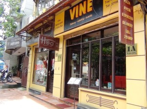 「VINE RESTAURANT & WINE BAR」。住所は「1A Xuan Dieu」。通りに降り立ち初っぱなからワインレストランが目に飛びこんできます
