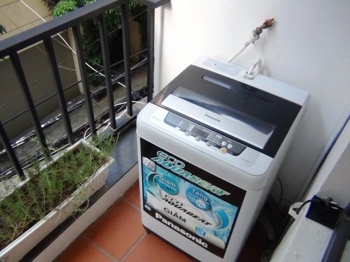 ベランダにある洗濯機「ハウスキーパーさんがこの洗濯機を使って洗ってくれます」