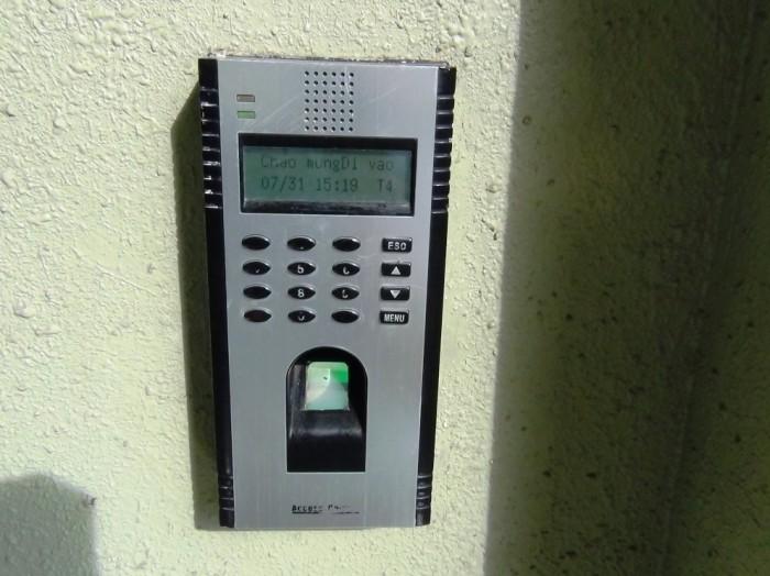 入り口はパスワードと「指紋認証」ロックです