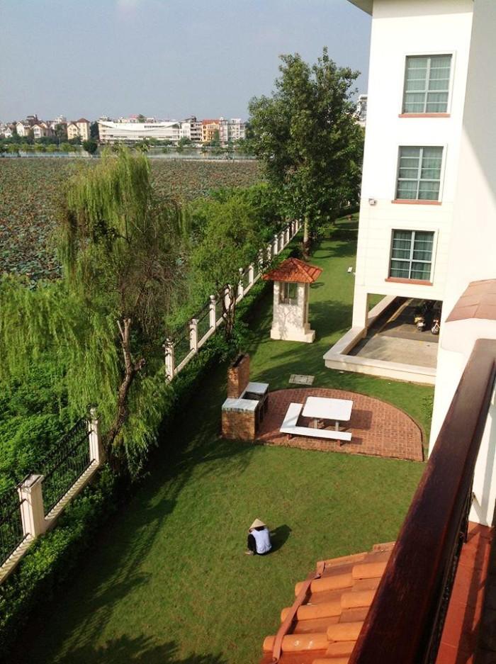 広大な敷地と隣接する「蓮池」(タイ湖東岸のSedona Suites)