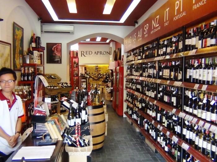 「Xuan Dieu通り」になんと2店舗(28 Xuan Dieuと91 Xuan Dieu)出しているワイン専門店「Red Apron」。20年以上前から営業している老舗のワインセラーです