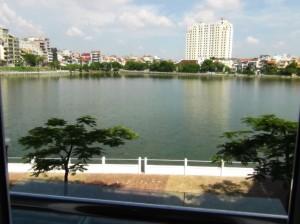 タイ湖の向こうはシェラトンホテルが見えています