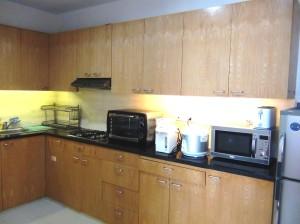 一通りの電化製品が揃ったキッチン