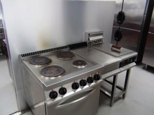 毎日の給食を作る厨房「残飯一つ落ちていない、見事なまでに清掃が行き届いています」