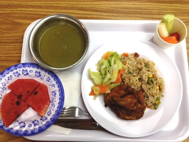 定食のメインディッシュとスープ以外の野菜はいくらでも食べることができます