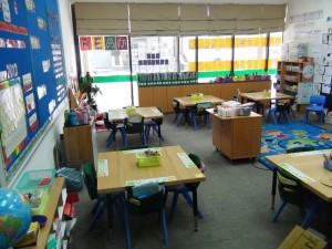 4人掛けテーブルでグループ学習「日本のように教壇に向かって整然と並んだ教室は1つもありません」