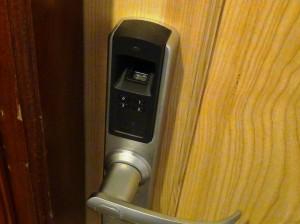 玄関扉は指紋認証とパスワードを組み合わせたセキュリティ万全の施錠がついています
