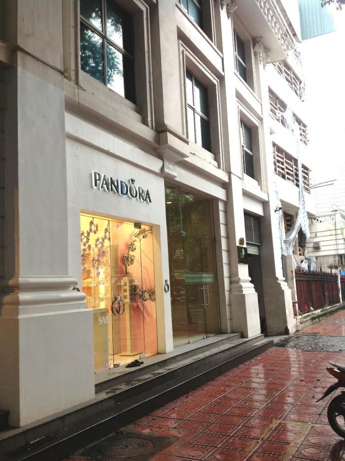 China Airlinesの隣に「PANDORA」という名のブティックがあるのが目印です