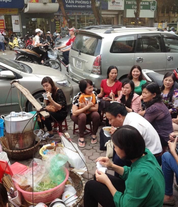 「Banh Da Cua」のお店で、ホーチミンのおばちゃんに取り囲まれたhongちゃん