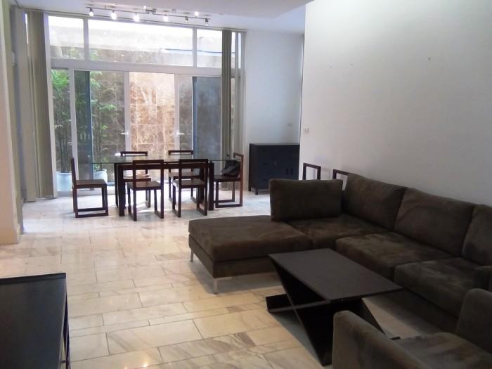 モノトーンと濃い木目調で統一した、オーナーのセンスが光る家具です