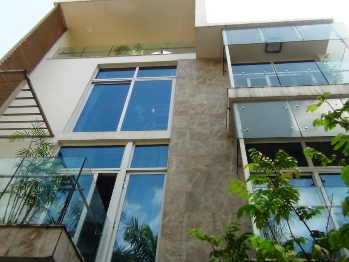 窓の多い4階建てのVillaですね