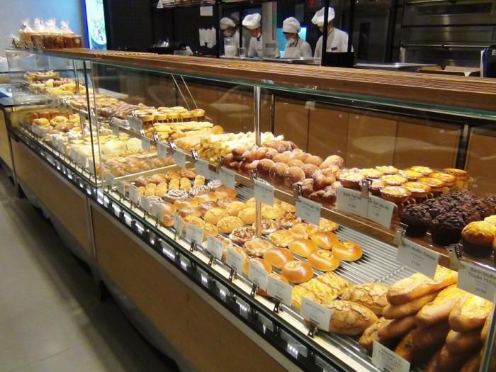 PARIS BAGUETTE Cafeにて「ドーナツが美味しい。かぶせている砂糖の粒が大きく、ドーナツ好きな方にはたまらないと思います」