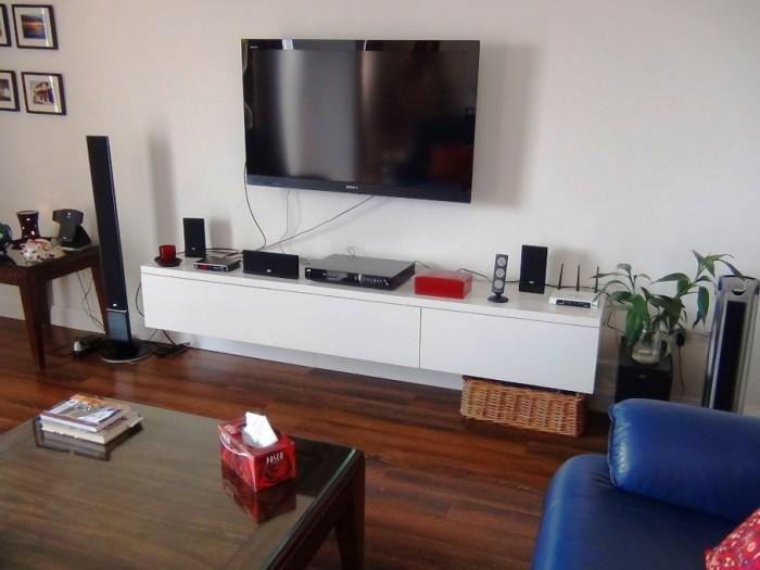 壁掛け型のテレビに壁から飛び出したテレビ台