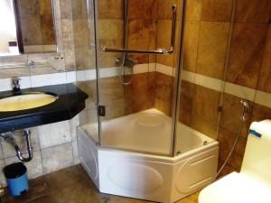 バスタブはありません「グラスシャワーになります」