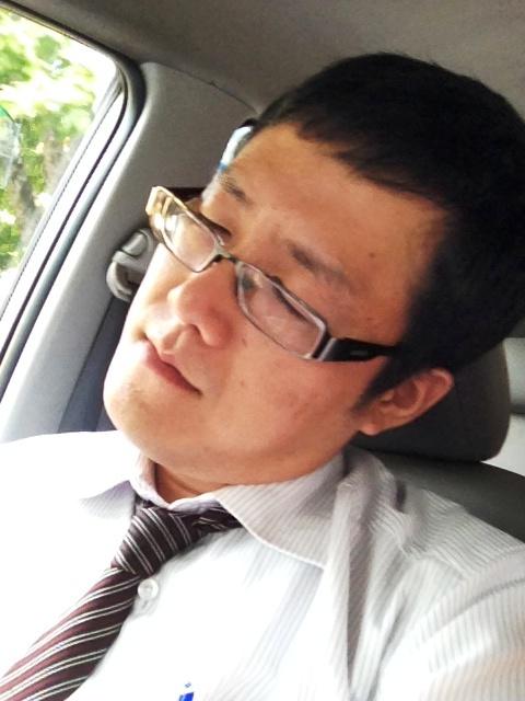 タクシーで移動中爆睡するホープ深田君