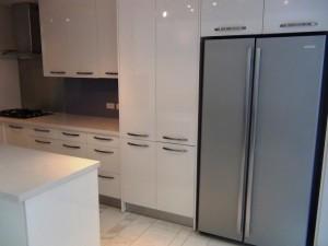 収納の宝庫キッチンスペース「横幅の広い冷蔵庫が使いやすそうですね」