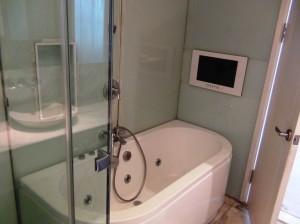 メゾネットタイプなのでバスルームのテレビも大型です
