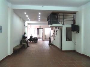1階エントランススペース「自転車やバイクは自由に置いていただいてOKです」