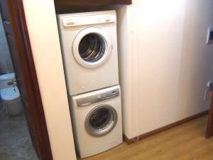 洗濯機と乾燥機は全室内に標準装備「ハウスキーパーさんはこの洗濯機を使って室内干しをしてくれますので、他人の洗濯物が混在しません」