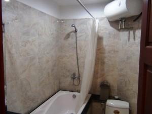 バスタブ付き浴室「お湯タンクは40リットル。湯船にたっぷりは・・・厳しいかと思いますが」