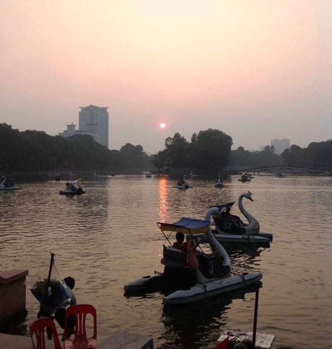 暮れなずむトゥーレ湖「こことDAEWOO HOTELの間の道、Kim Ma通りとDao Tan通りを繋ぐ道がアリババスポットです」