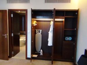 2ベッドルームの主寝室にあるクローゼット「反対側にこの半分くらいのクローゼットがあります」