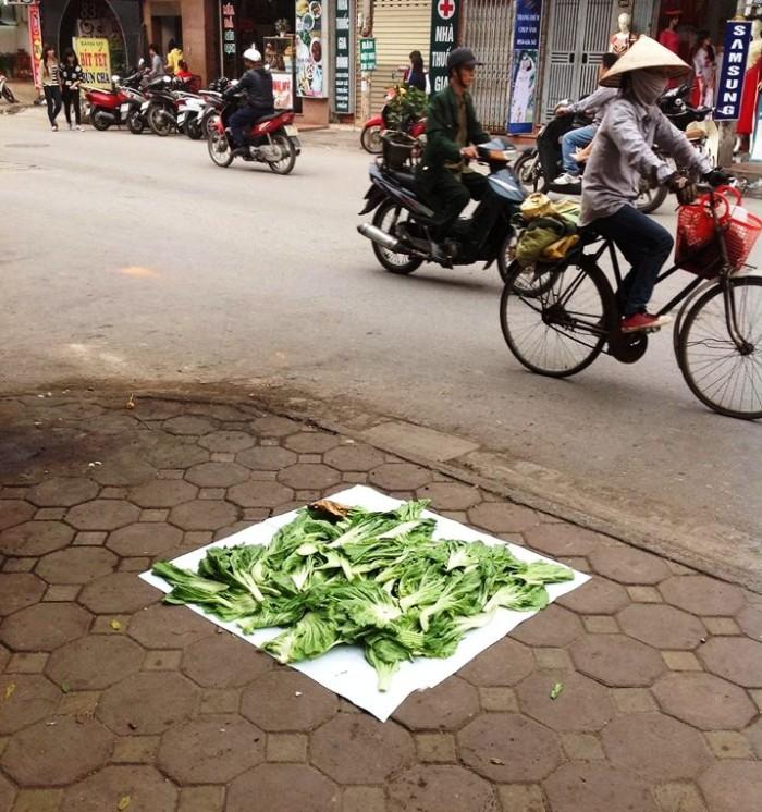 路上で何事も無かったように野菜を乾燥させている・・・誰かさん