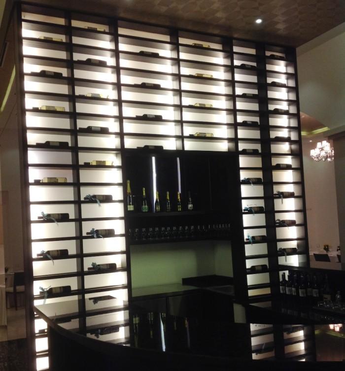 レストランにはワインも豊富に用意されています