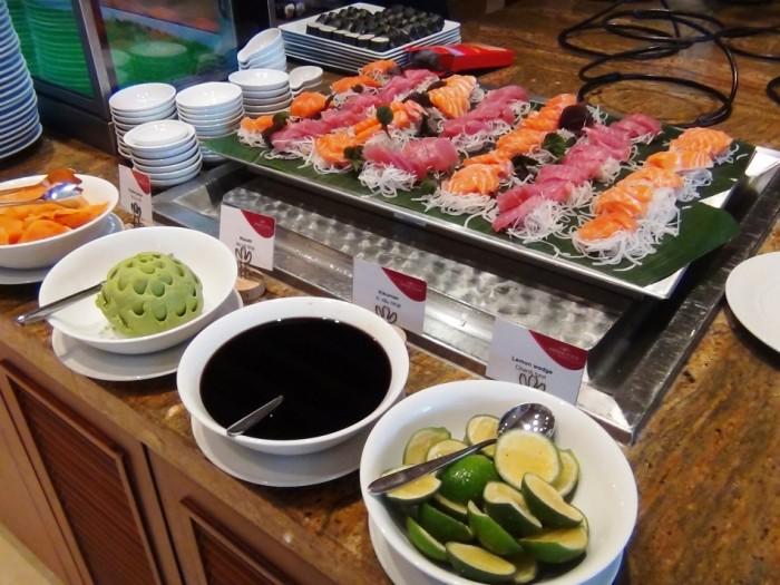 日本食コーナー「マグロや鮭も新鮮です」