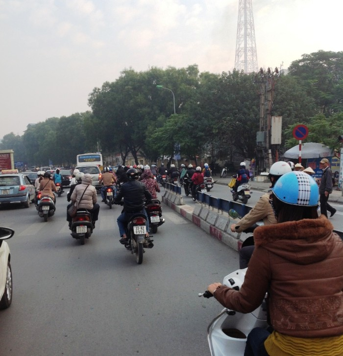 バイクタクシーの後部座席から「慣れていない奥様はいきなりバイクタクシーは辛いでしょうし、タクシーでおつりが無い作戦で高額紙幣ごとぼられることもありますから、タクシーカードは安心なツールかと思います」