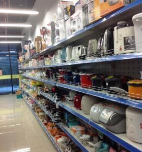 ドライヤーからコーヒーメーカー、炊飯器と台所周りの電化製品もあります