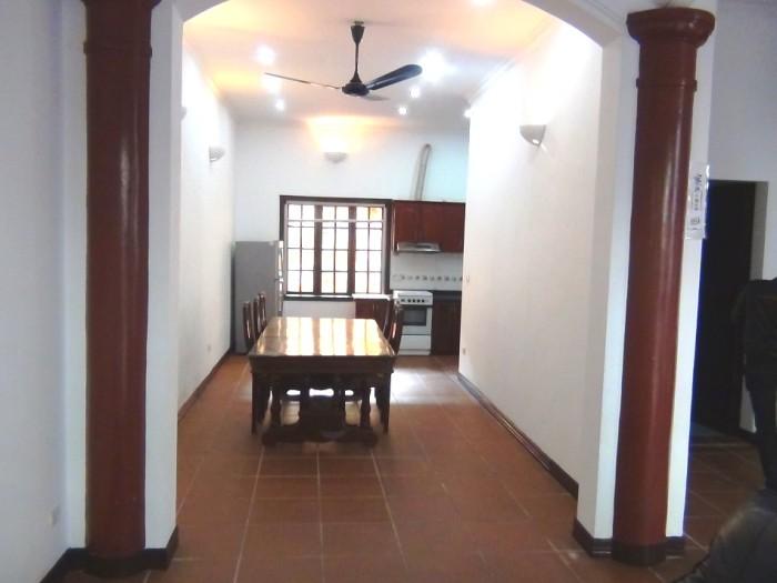 広いダイニングスペースと奥にあるキッチン