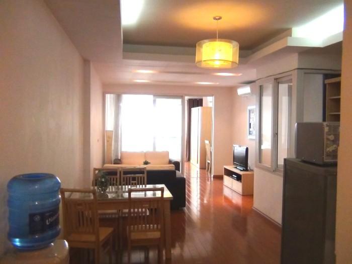 玄関から撮った室内風景「部屋の半ばに吹き抜けスペースがあり風通しがはかれます