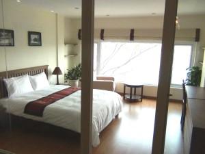 明るく快適なベッドルーム「窓からの光はリビングにも届くようにガラスの仕切りで区切られ、カーテンで隠すことができます」