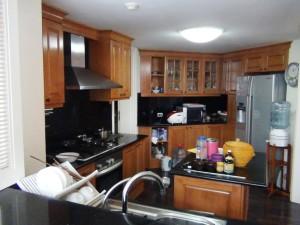 キッチンの真ん中にアイランド台があります「使いやすそうなキッチンですね」