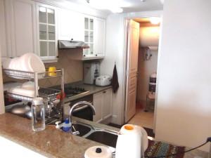 カウンターキッチンの奥にはちょっとした納戸もあります